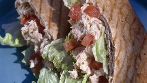 El pan pita de trigo integral tiene más calorías que dos rodajas de pan integral regular.
