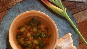 La sopa de verduras puede ayudarte a comer menos mientras que obtienes los nutrientes recomendados.