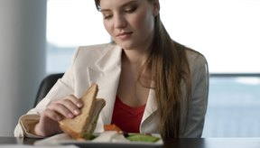 Un sándwich de atún típico tiene altos niveles de proteínas.