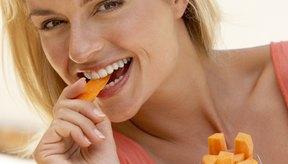 Mojar los palitos de zanahoria en humus para impulsar la fibra y la proteína en tu merienda.