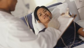Un médico realizando un ronda de pacientes.