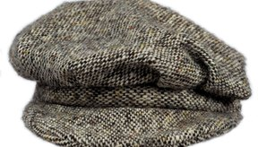 Usa una gorra de tweed para rematar tu vestimenta.