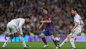 Lionel Messi del Barcelona pasa la pelota.