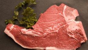 Cocina las chuletas de cerdo en el horno luego de sellarlas en la estufa para conseguir un resultado más jugoso y dorado.
