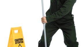 La postura correcta te puede ayudar a prevenir problemas de la espalda en el trabajo.