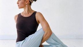 Utiliza el yoga, el ciclismo y el levantamiento de pesas para crear una sesión de ejercicio combinado.