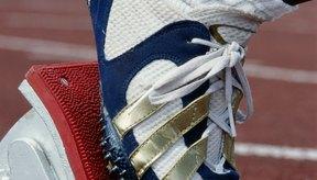 Las zapatillas con clavos y los tacos de salida ayudan a salir más rápido.
