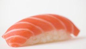 Siempre refrigera o congela el salmón crudo.