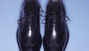 Protege los zapatos de cuero impermeabilizándolos periódicamente.