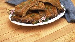 Sazona tus costillas con una mezcla de especias y mételas en el refrigerador durante varias horas para que los sabores se mezclen.