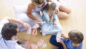 Planea juegos de cartas clásicos y aptos para niños para tu noche de juegos.