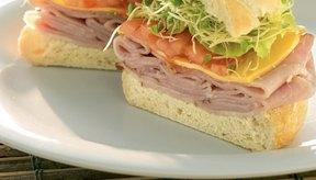 Un poco de mayonesa puede agregar una gran cantidad de grasa a tu sándwich.