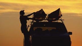 El enfoque de cargar tu mismo la canoa con ayuda de un amigo funciona mejor si puedes cargar dos canoas a la vez en el techo del auto.