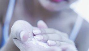 La piel seca puede desarrollar grietas y escamas.