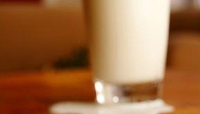 La leche proporciona calcio, potasio, fosfatos, magnesio y sodio.