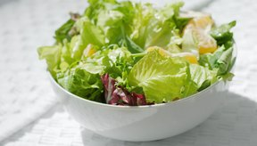 Comer ensalada en la cena también ayudará a las adolescentes a sentirse llenas y no comerán en exceso.