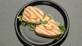 Fríe los filetes de atún en un sartén parrillero para conseguir las marcas llamativas de la parrilla.