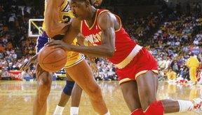 Kareem Abdul-Jabbar, izquierda, y Akeem Olajuwon eran conocidos por su gran juego como postes bajos.