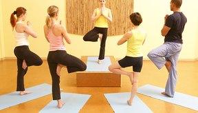 Usar ropa para hacer yoga que sea práctica y que se ajuste a tu estilo personal.