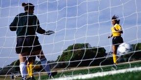 Los arqueros de fútbol no tienen permitido tomar el balón con sus manos después de dar un pase.