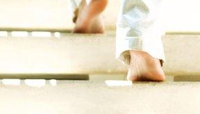 Subir escaleras quemará calorías y tonificará tus piernas.