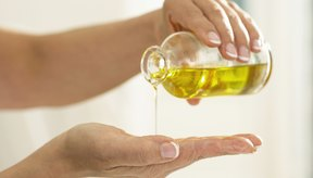 Aceite vertido en la palma de la mano.