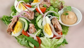 Una deliciosa ensalada de atún y huevo.
