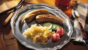 Utiliza una olla de cocción lenta para preparar las bratwurst con verduras como la col.