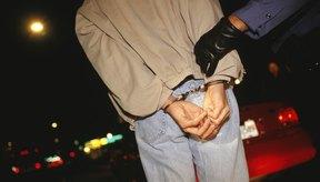 Un menor de edad, al igual que un adulto, no tiene que hablar con la policía sin un abogado presente, si ha sido arrestado.