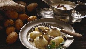 Come un pedazo grande de pan o papa para empujar la comida hacia abajo.
