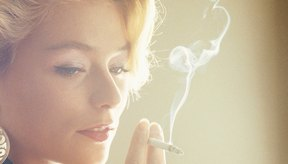 El alquitrán y la nicotina pueden manchar los dedos de color marrón y amarillo.