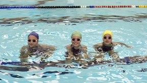 Estirar tus hombros antes de nadar puede ayudar a prevenir lesiones.