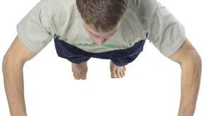 Puedes incrementar tu fuerza muscular en cualquier lugar realizando flexiones de brazos.