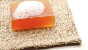 Usa jabón sin aroma para limpiar las bolsas de colostomía.