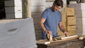 Puedes construir una caja de madera con herramientas del hogar.