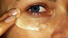 Puedes sustituir una variedad de cremas comerciales por productos naturales para los ojos.
