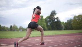 Una corredora mueves sus brazos a los costados en la pista.