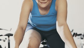 Combina el ejercicio en bicicleta fija con una dieta sana para bajar de peso.