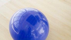Una pelota puede ejercitar efectivamente tus glúteos sin lastimar tus rodillas.