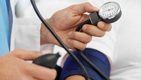 Un proveedor del cuidado de la salud toma una lectura de la presión sanguínea.