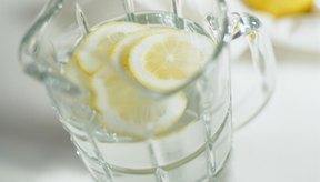 El azúcar en el agua de limón puede ayudar a alimentar tus músculos durante una carrera.