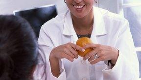 Los nutricionistas aconsejan a los clientes sobre sus elecciones de comida.