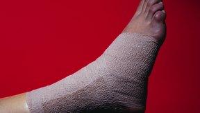 Protege y comprime un pie lesionado con un vendaje elástico.