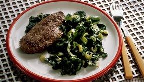 El hígado y la espinaca son buenas fuentes de hierro.