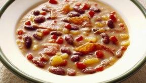 Un tazón de sopa de frijoles y papa (potato).