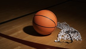 Hay varios factores que afectan a las funciones y seguridad de una cancha de baloncesto bajo techo.