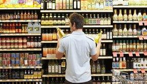 Lee los rótulos para determinar las calorías antes de comprar una bebida energética.