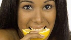 Chupa la rodaja de limón hasta que las náuseas cesen.