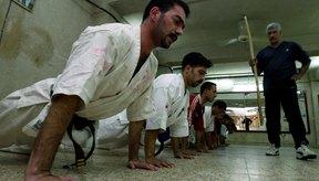 Las flexiones fortalecen tu cuerpo superior y el núcleo sin utilizar pesas.