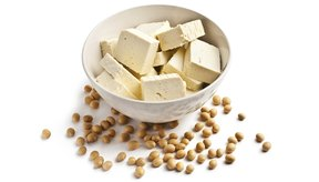 Tofu y granos de soja.